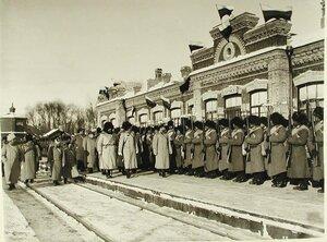 Император Николай II обходит строй солдат 159-го Гурийского и 160-го Абхазского полков по прибытии на смотр