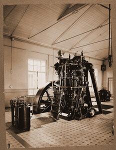 Общий вид  дизельного двигателя Общества Русского чугунолитейного и машиностроительного завода имени Фельзера и Ко в одном из цехов мастерской.