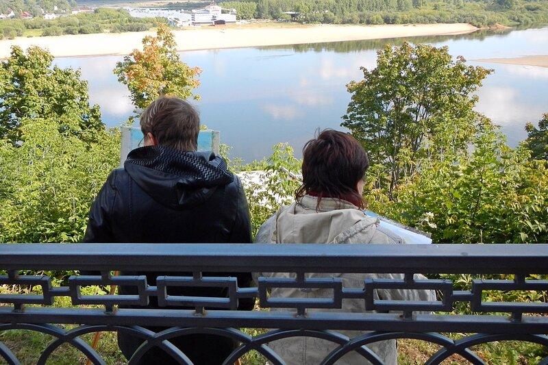 Художники на набережной в Александровском саду рисуют пейзажи Вятки