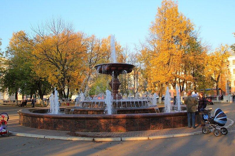 Фонтан в сквере на Театральной площади в центре Кирова (короткая выдержка)
