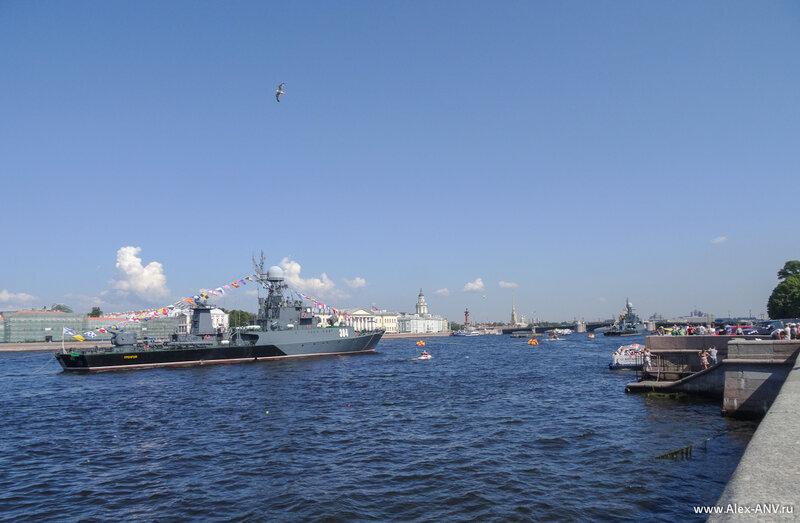 А если посмотреть в другую сторону, - вверх по течению, - то видно Стрелку Васильевского острова и Дворцовый мост. Ну и оставшиеся два военных кораблика тоже, но это временно.