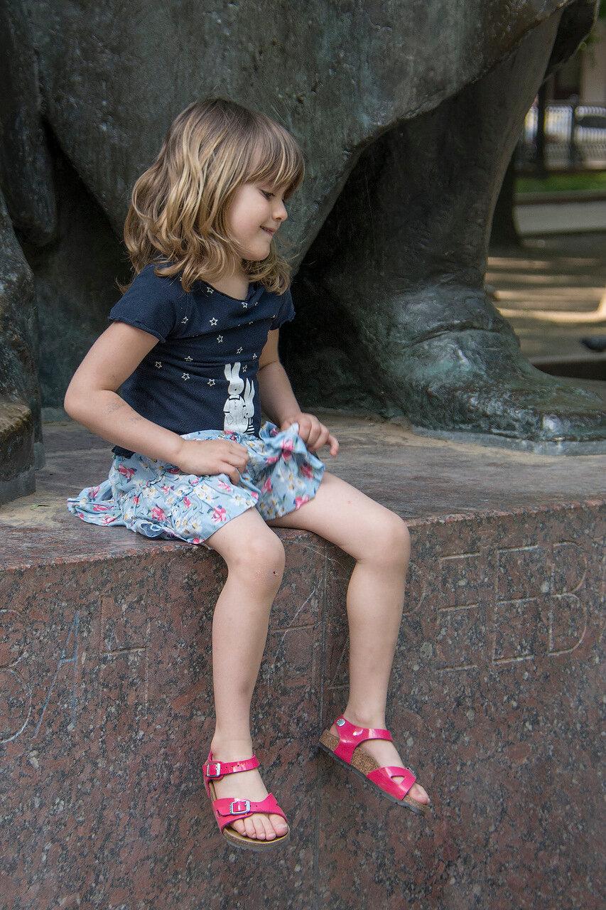 Москва. Патриаршие пруды. Дети у Крылова. Кокетка