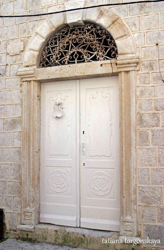 Входная дверь одного из перастских дворцов