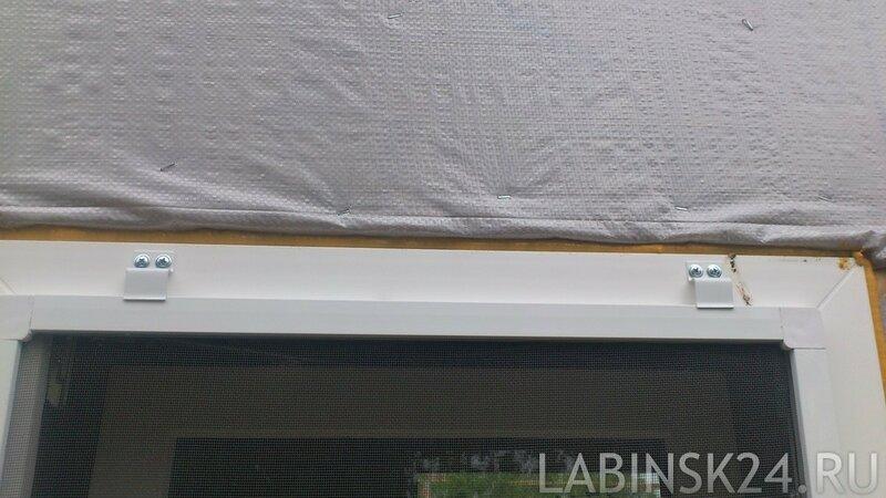 Верхние крепления москитной сетки на окно
