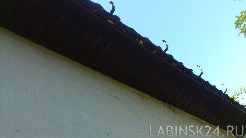 Карнизы закрыты монтажной пеной от птиц
