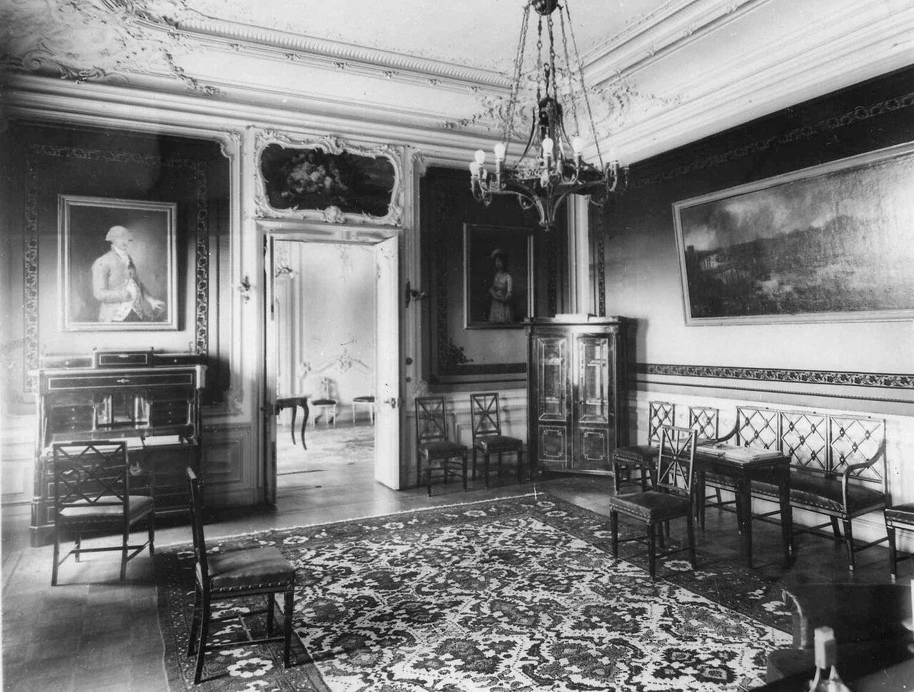 19. Гостиная в посольстве. 1906