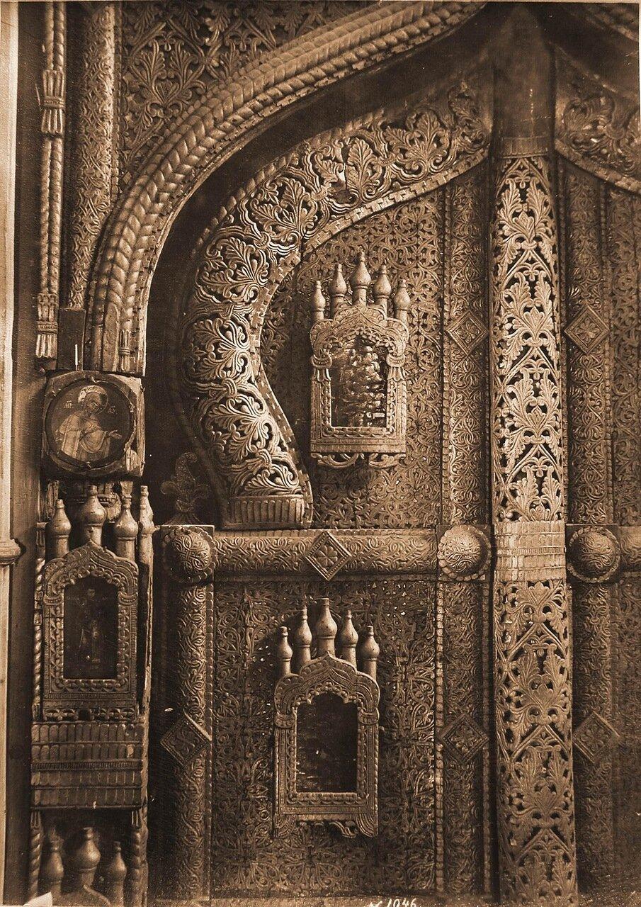 Деталь деревянных царских врат ажурной работы XV в. на слюде в церкви Спаса-Нередицы