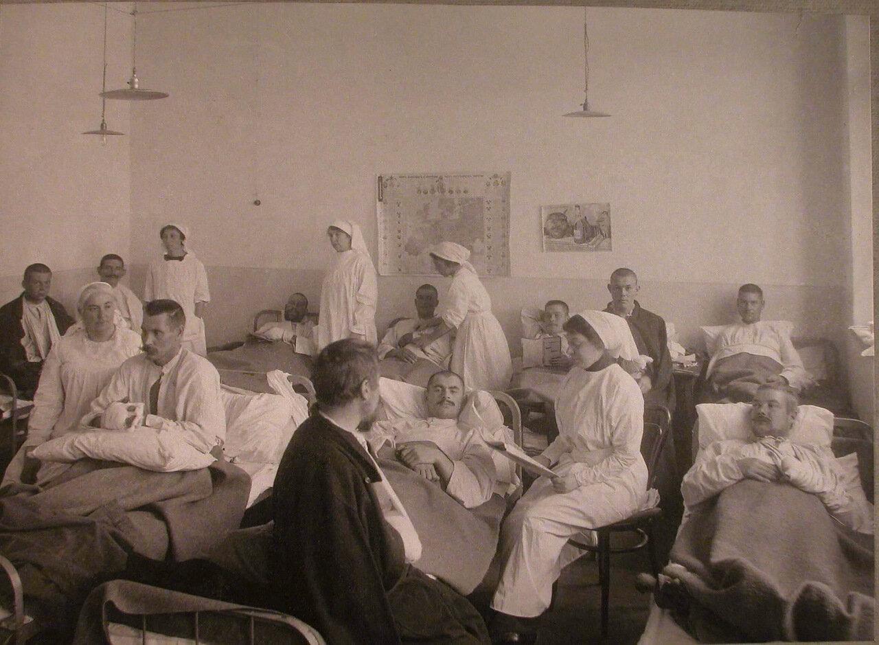 30. Сестры милосердия и раненые в палате лазарета,устроенного на Пречистенских курсах