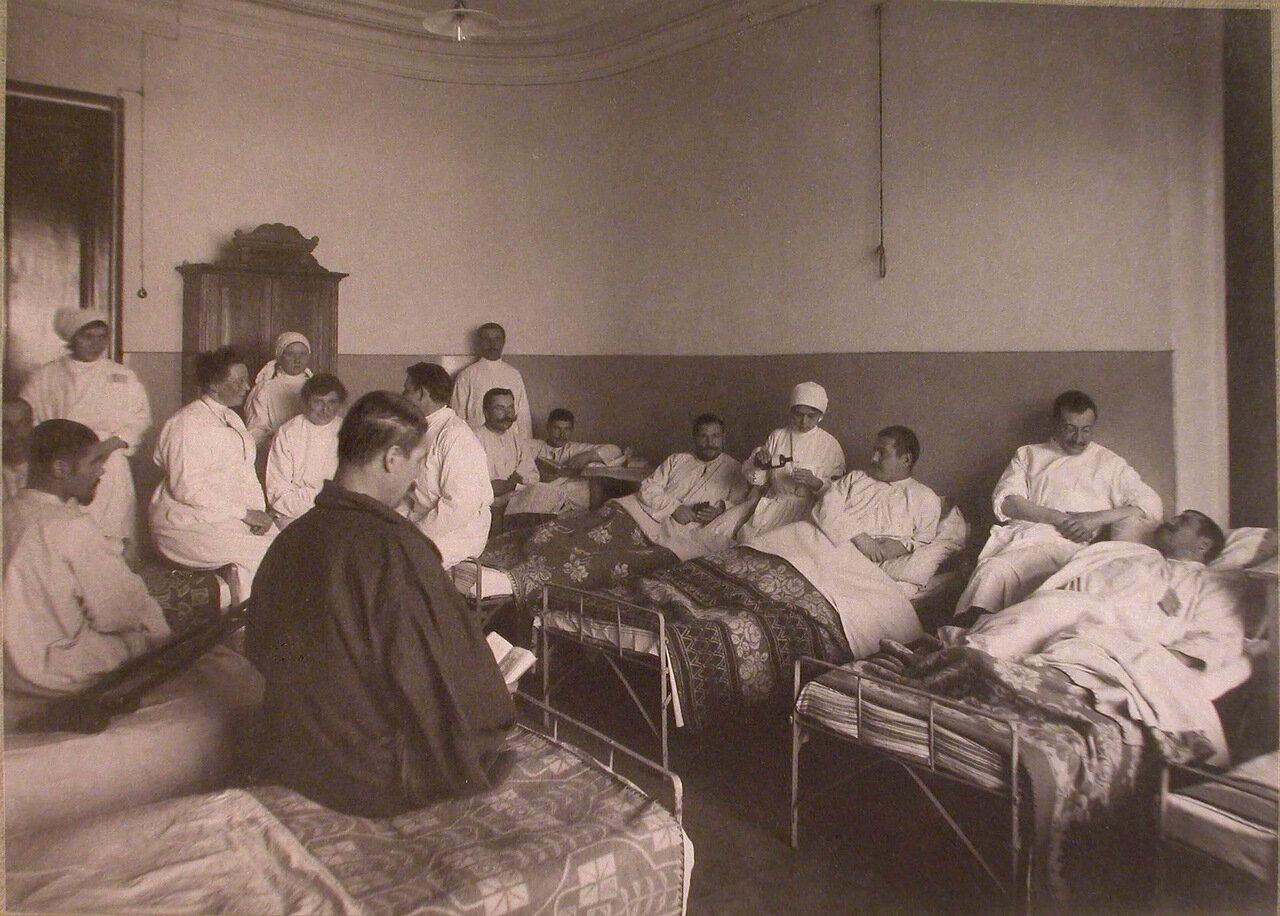 13. Медицинский персонал и раненые в палате лазарета,устроенного в 3-м Пятницком городском училище