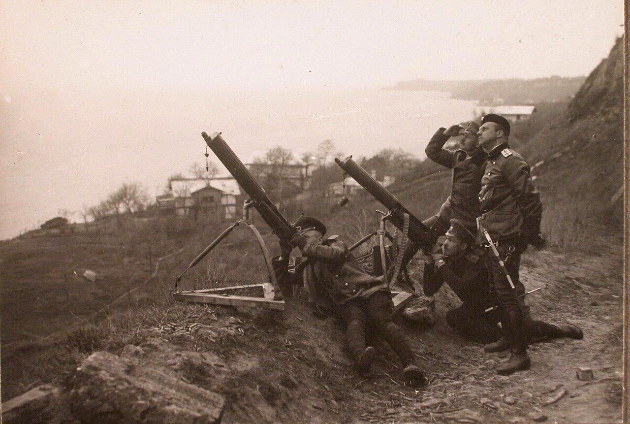24. Группа слушателей школы во время учебной стрельбы