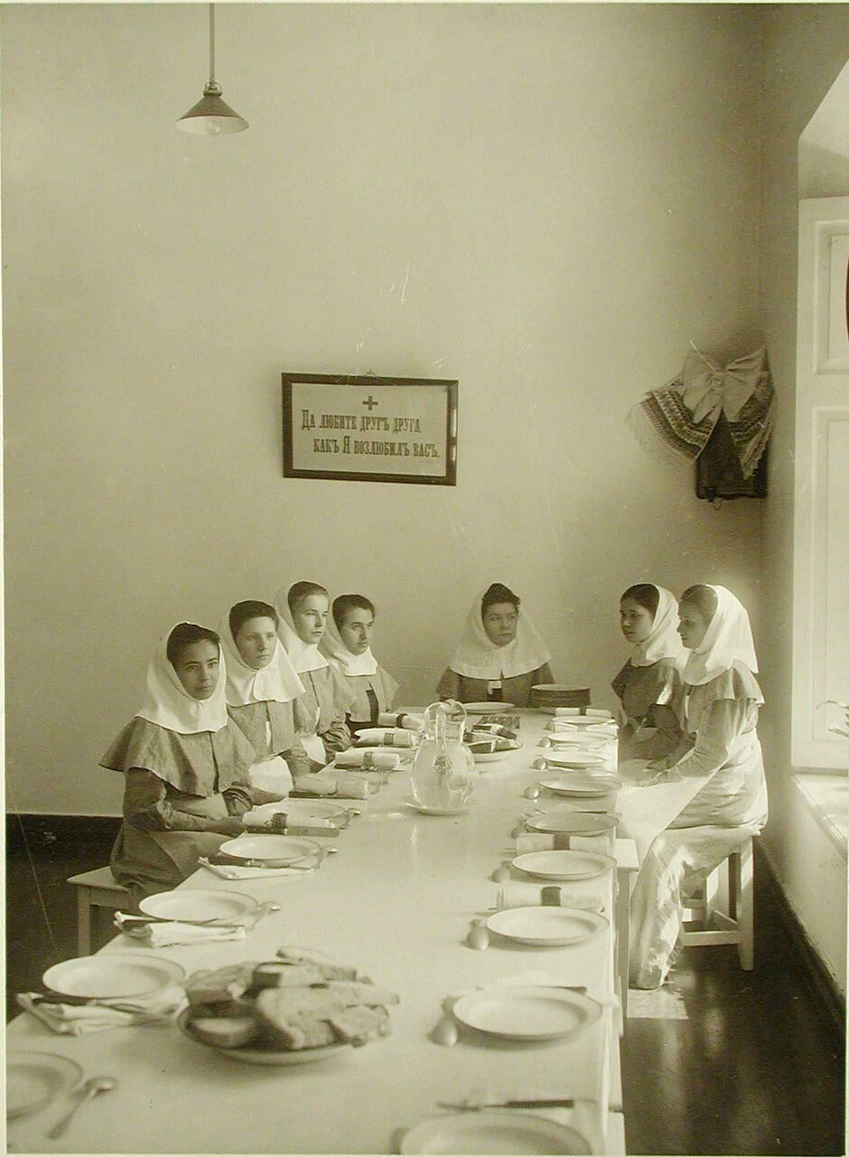 18. Группа сестёр милосердия в столовой во время обеда