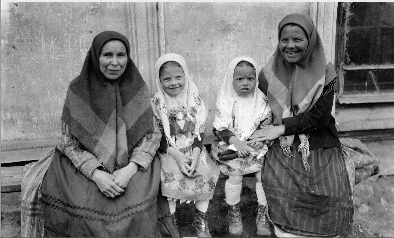 Казань. Женщина и дети в традиционной одежде