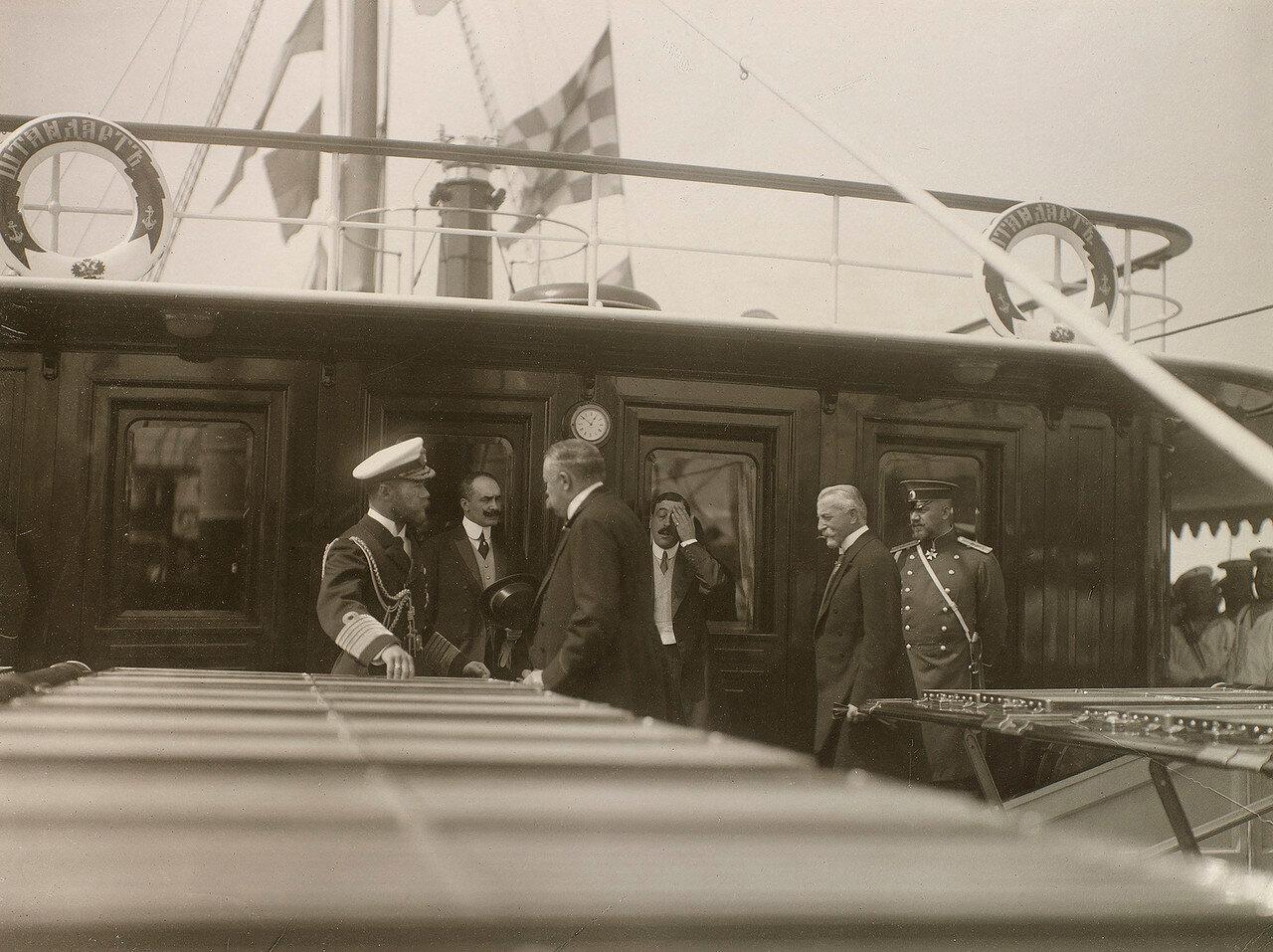 30. Николай II с гостями на палубе Императорской яхты «Штандарт»
