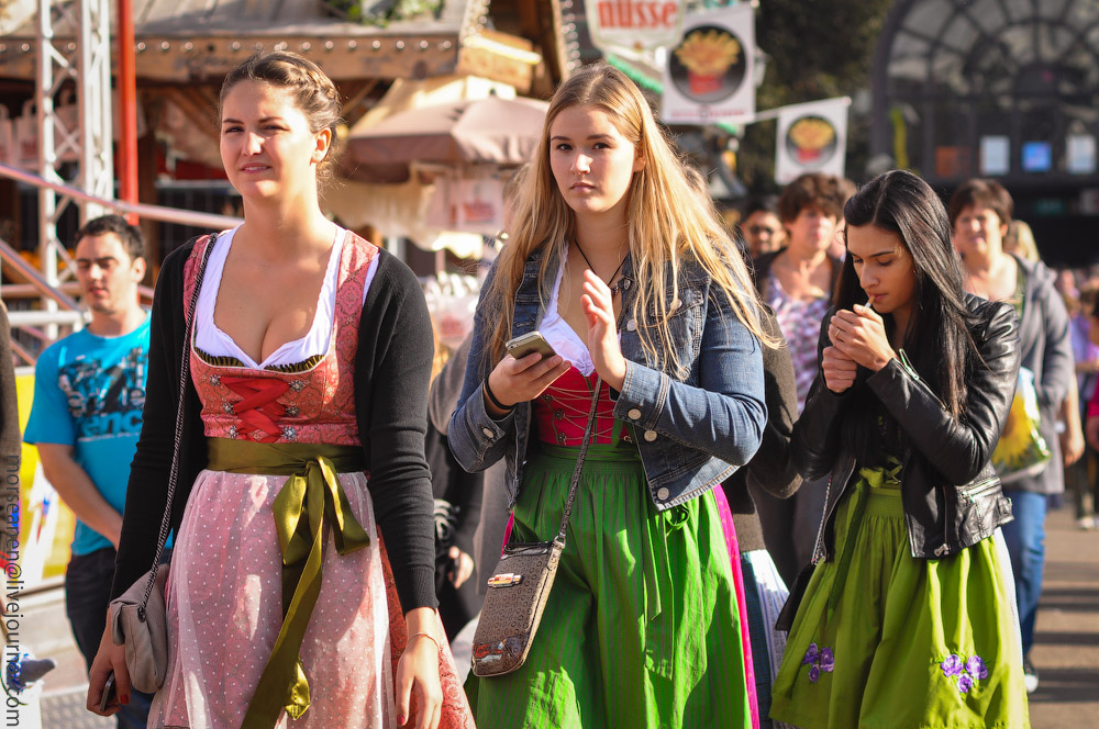 Женские выпуклости и впадины на Октоберфесте girls-Oktoberfest-(40).jpg