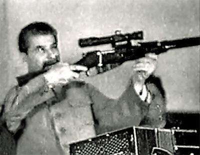 Сталин, держа винтовку Мосина с прицелом, прицелился в зал на делегатов 17 съезда партии ВКП(б). (Заседание 5 февраля 1934 г., вечернее)