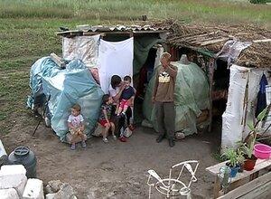 Семья с тремя детьми в Молдове живет в шалаше, построенном в поле