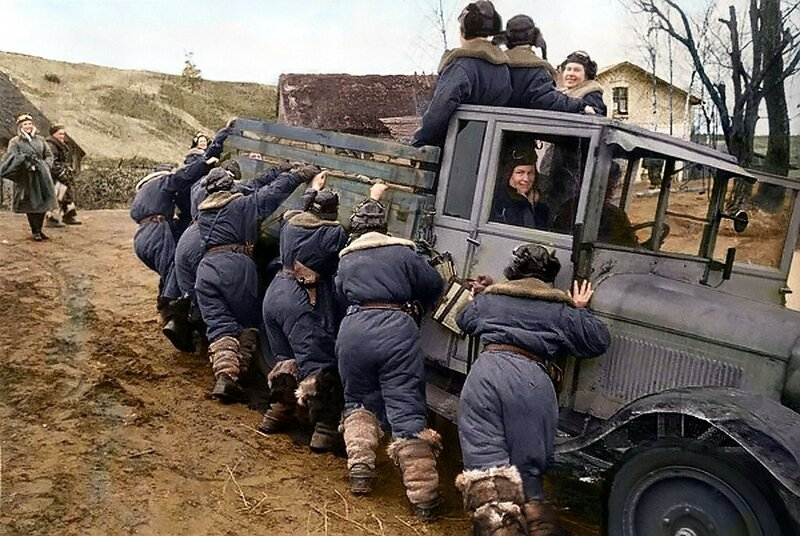 На полёты. Весенняя распутица. Девушки-лётчицы 46-го Таманского гвардейского ночного бомбардировочного авиационного полка (Ночные ведьмы). Кубань. Фото 1943 года.jpg