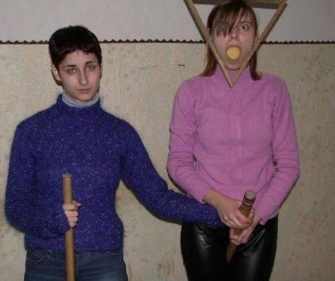 две девушки учатся играть в бильярд