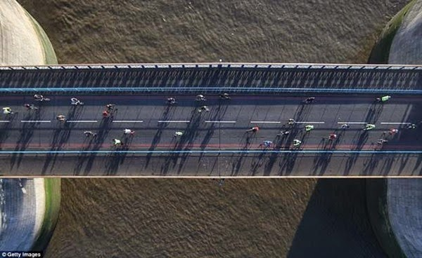 В Лондоне открывается прозрачный мост с видом на реку Темза 0 12cf9e ce5e242e orig