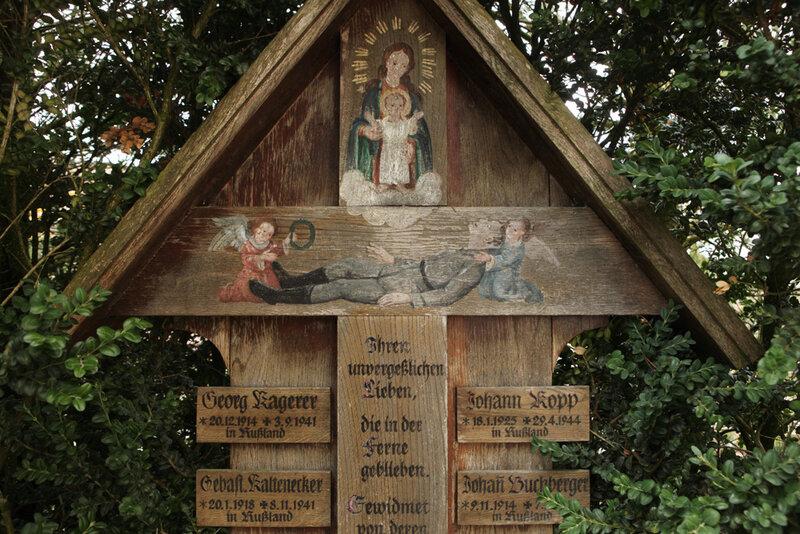 Мемориал павшим немецким солдатам на кладбище деревни Эльзенбах в Баварии