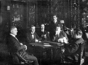 Посол Испании Луис Валера, маркиз Вильясинда за игрой в карты с женой и сотрудниками посольства.