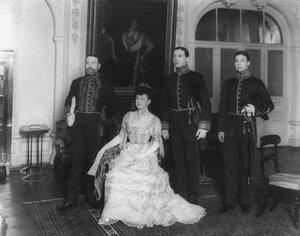 Посол с женой и двумя служащими посольства в парадных костюмах.