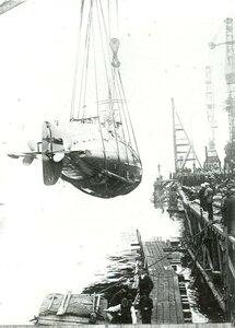 Спуск на воду подводной лодки типа АГ , созданной на заводе.