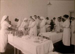 Медицинские сестры за перевязкой раненых в перевязочной лазарета св.Татьяны,устроенного в Университетской типографии.