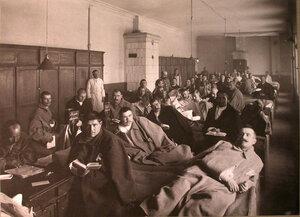 Раненые в палате лазарета,устроенного Московским градоначальством.