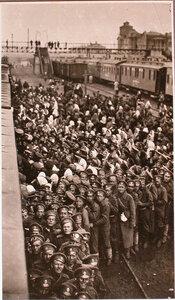 Нижние чины и женщины-беженцы у перевязочно-питательного поезда №13, организованного отрядом Красного Креста В.М.Пуришкевича в очереди за табаком.