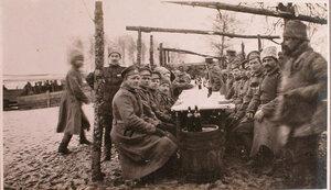 Георгиевские кавалеры за обедом во время праздника на перевязочно-питательном пункте №18, организованном отрядом Красного Креста В.М.Пуришкевича.
