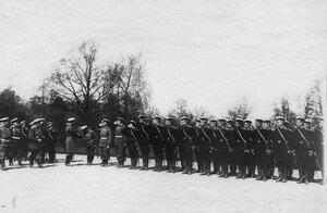Император Николай II обходит почетный караул войск .