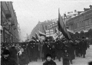Манифестанты с правительственными флагами и плакатами.