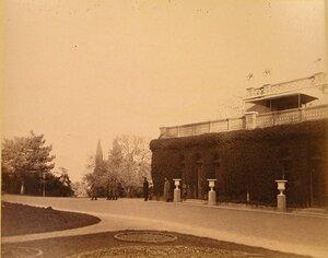 Служащие у Большого Императорского дворца (архитектор И.А.Монигетти, 1862-1863 гг.). Ливадия