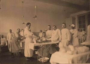 Раненые во время перевязки в перевязочной госпиталя.