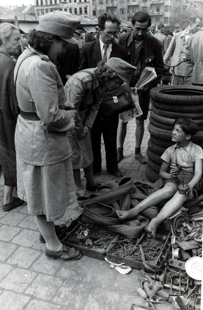 Венгрия, 1948 год - Мальчик, торгующий на рынке собранными железками