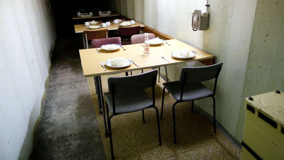 Общий вид столовой для гостей в солдатском стиле