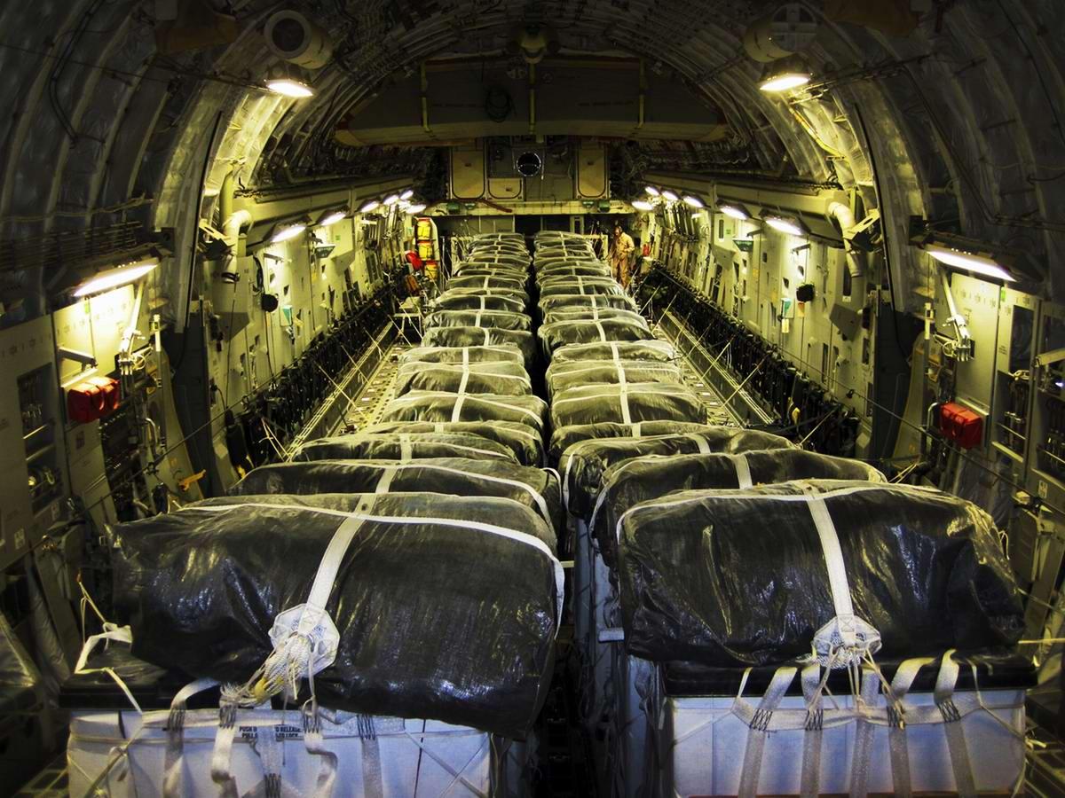 Контейнеры с водой и пищей в грузовом отсеке самолета ВВС США, войска которых оказались вынужденными осуществлять их сбросы над местами продвижения иракских беженцев в целях недопущения гуманитарной катастрофы