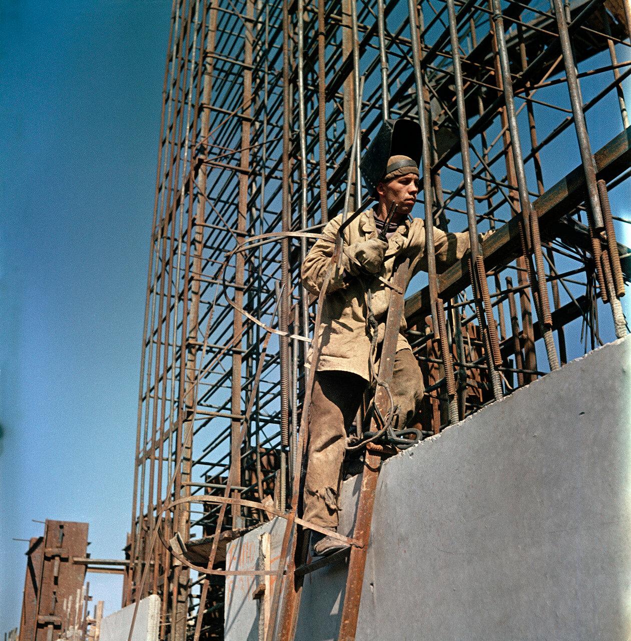 Монтажный агрегат на Сталинградской ГЭС