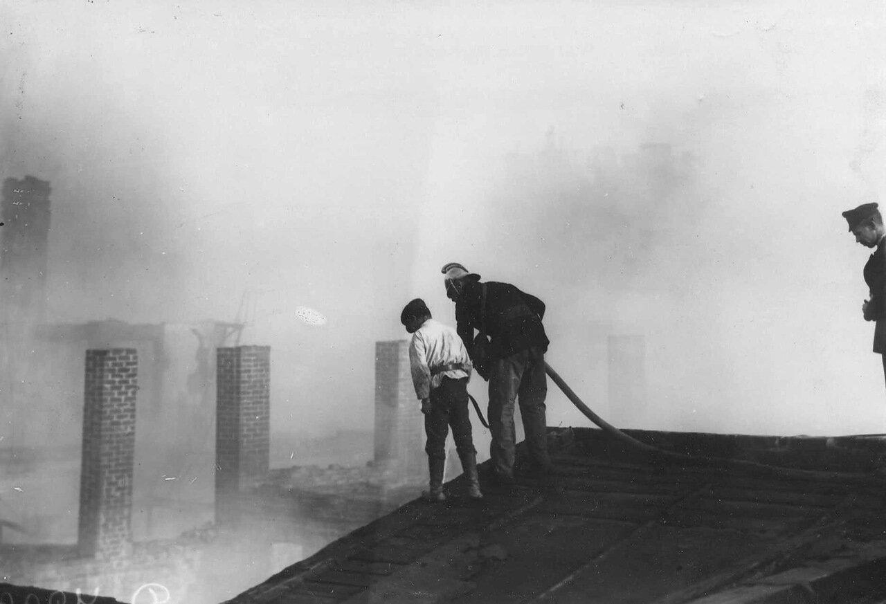 Пожар на Обводном канале. 2 июля 1914 г. 01. Пожарные на крыше дома