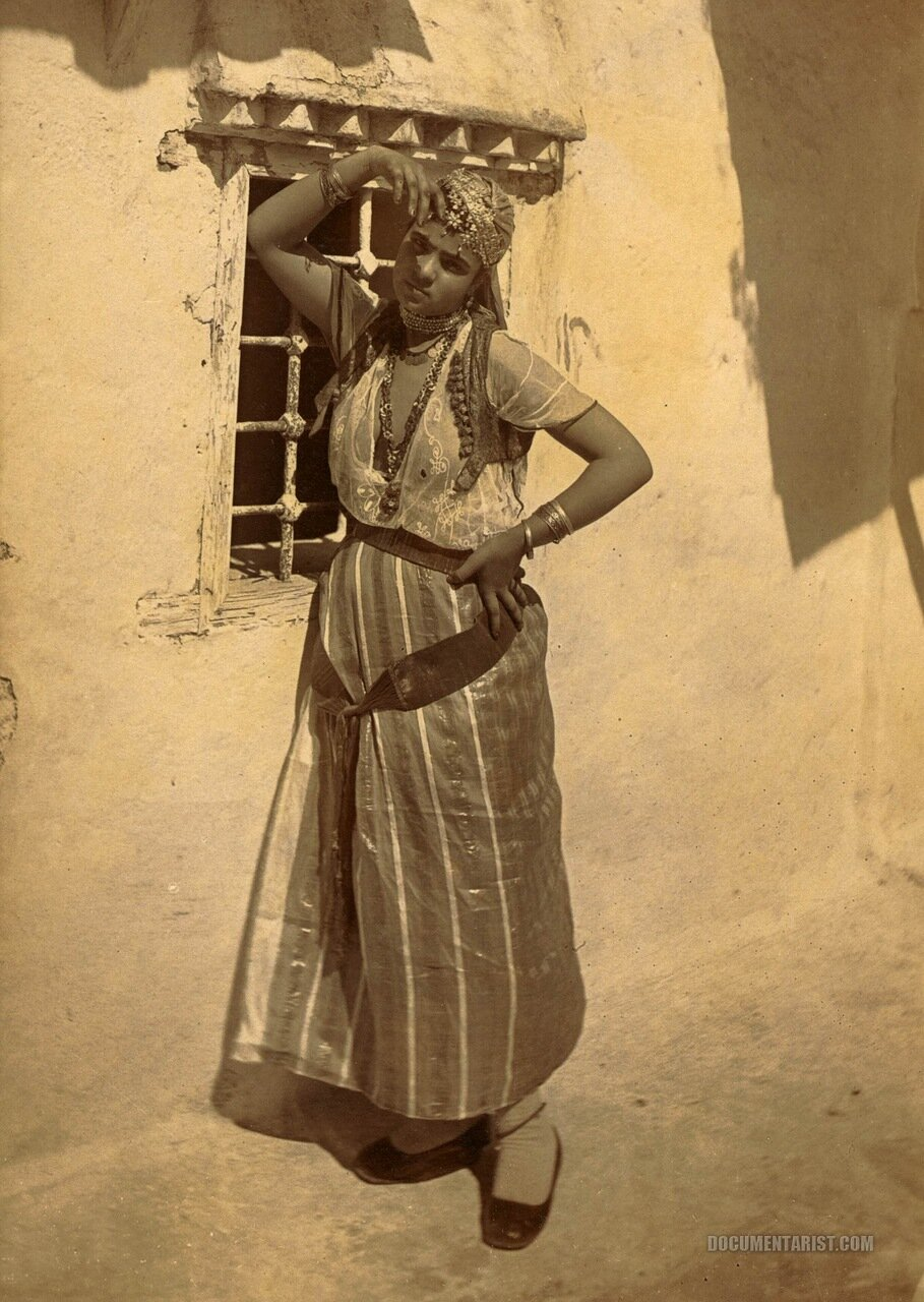 1880. Позирующая женщина