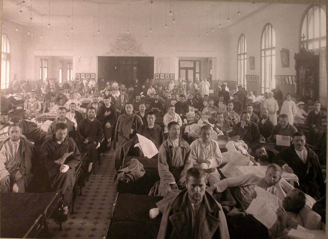 10. Раненые и медицинский персонал в палате лазарета,устроенного в Алексеевском Народном доме