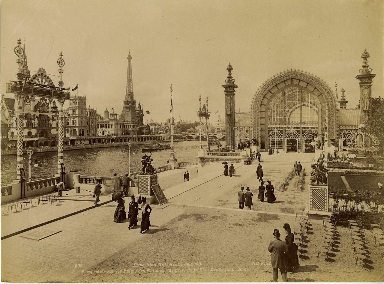 Панорама Дворца Наций с правого берега Сены