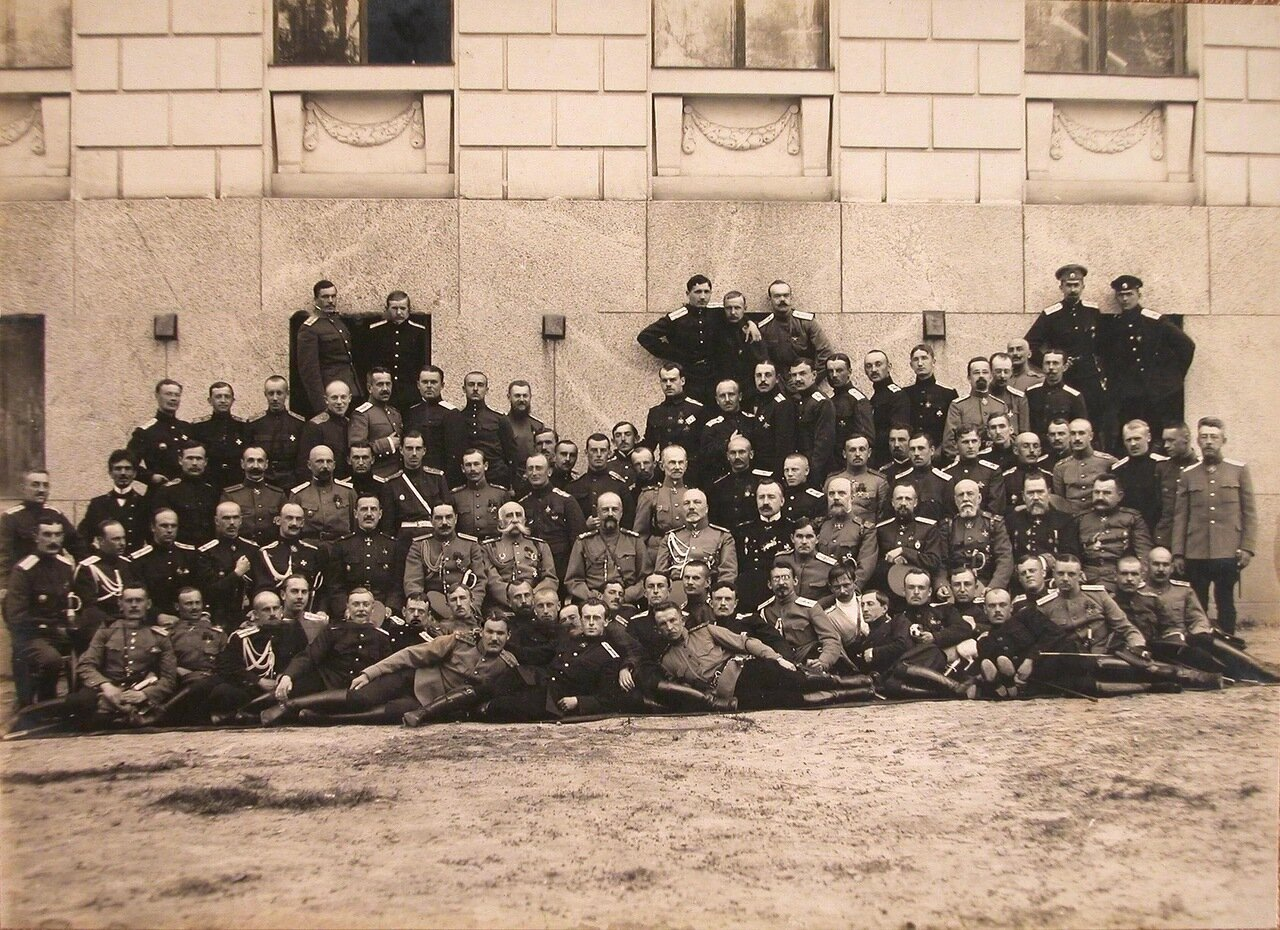 42.  Великий князь Александр Михайлович (девятый справа во втором ряду, сидит) среди офицеров первого выпуска школы