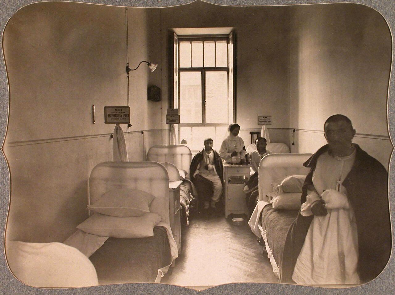 43. Раненые и сестра милосердия в четырехместной палате для нижних чинов лазарета общины