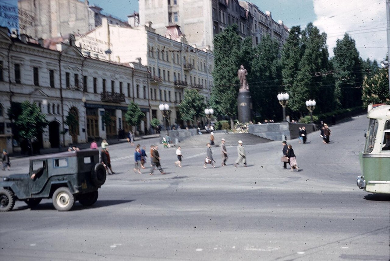 Шевченковский бульвар. Памятник Ленину