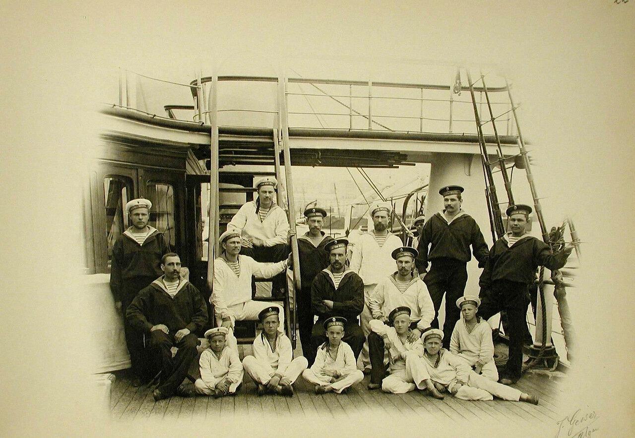 12. Группа матросов и кантонистов на палубе яхты «Полярная звезда»