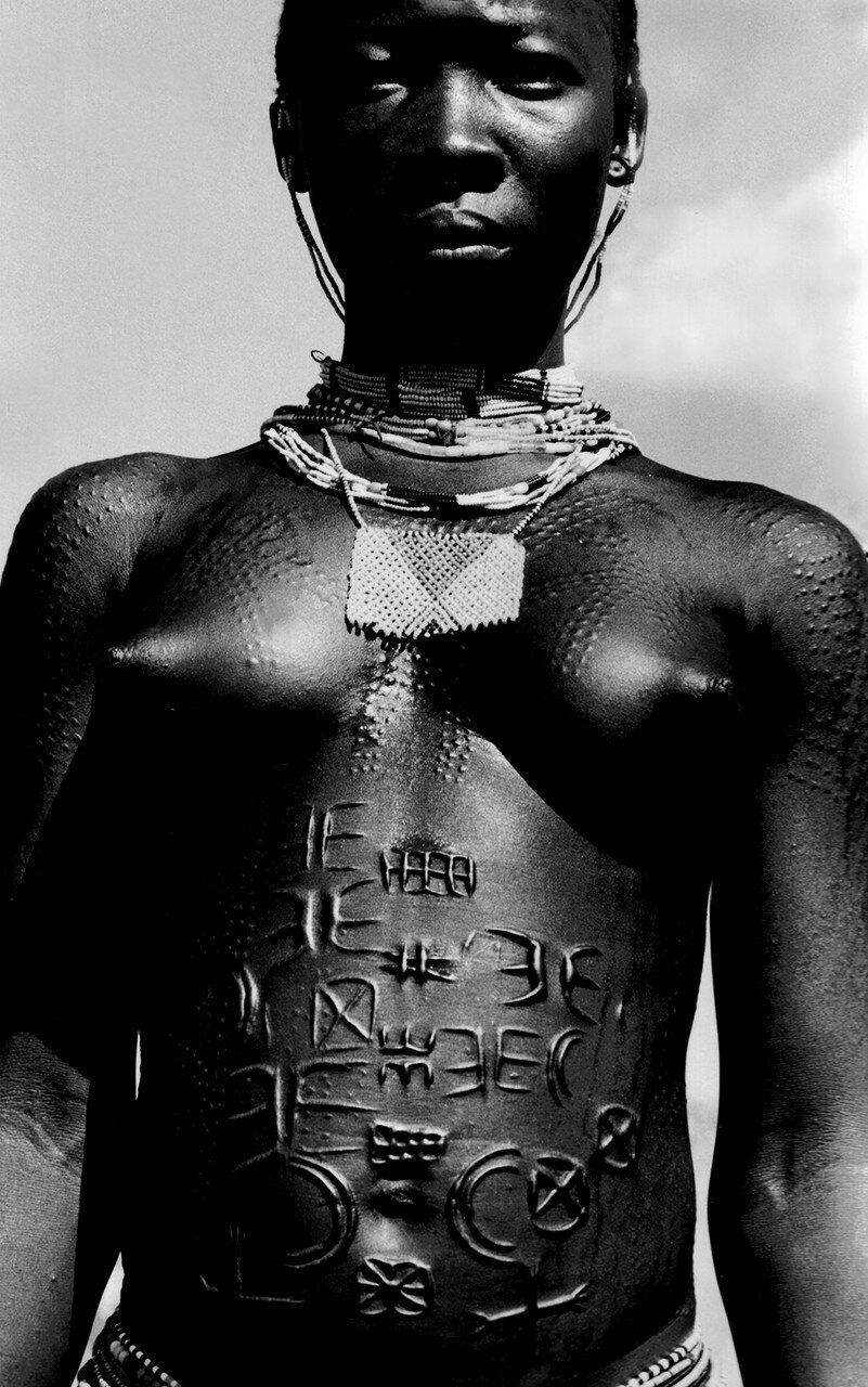 1896. Нубийка с племенными знаками на теле