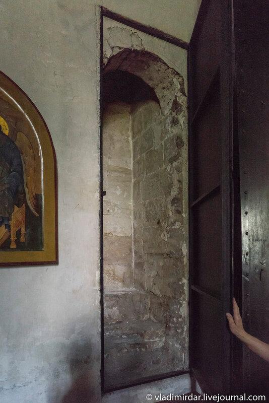 За этой дверью - лестница в четверике на смотровую площадку храма Преображения