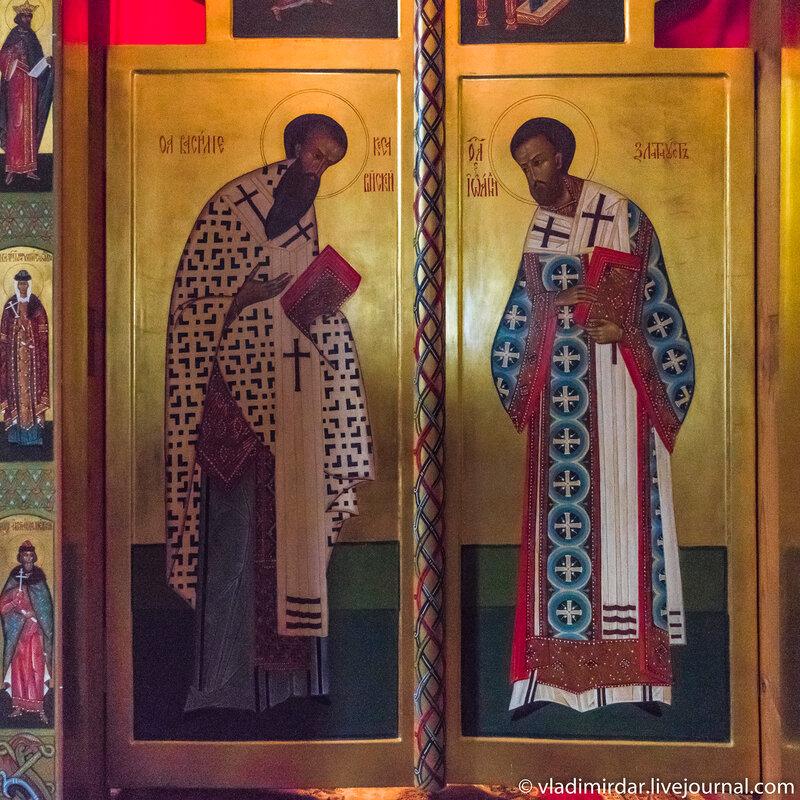 Икона святителя Василия Великого и Иоанна Златоуста в иконостасе придела Кира и Иоанна Храма Преображения